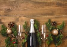 Do Natal anos novos do fundo da celebração com pares de copos de vinho e de garrafa da decoração do abeto de Champagne Christmas  fotos de stock