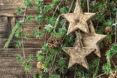 Do Natal ornamento da vida ainda e ramos de pinheiro de madeira Imagem de Stock Royalty Free