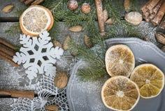 Do Natal vida ainda com deliciosa, amêndoa, canela, flocos de neve na tabela de madeira Imagens de Stock