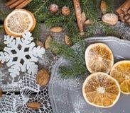 Do Natal vida ainda com deliciosa, amêndoa, canela, flocos de neve na tabela de madeira Fotos de Stock Royalty Free