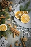 Do Natal vida ainda com deliciosa, amêndoa, canela, flocos de neve na tabela de madeira Imagem de Stock