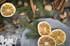 Do Natal vida ainda com deliciosa, amêndoa, canela, flocos de neve na tabela de madeira Imagens de Stock Royalty Free