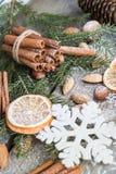 Do Natal vida ainda com deliciosa, amêndoa, canela, flocos de neve na tabela de madeira Imagem de Stock Royalty Free