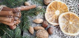 Do Natal vida ainda com deliciosa, amêndoa, canela, flocos de neve na tabela de madeira Fim acima Fotografia de Stock Royalty Free