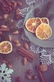 Do Natal vida ainda com deliciosa, amêndoa, canela, flocos de neve na tabela de madeira Imagem tonificada Imagem de Stock Royalty Free