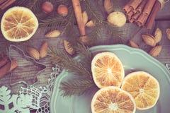 Do Natal vida ainda com deliciosa, amêndoa, canela, flocos de neve na tabela de madeira Imagem tonificada Imagem de Stock