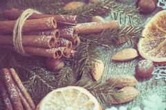 Do Natal vida ainda com deliciosa, amêndoa, canela, flocos de neve na tabela de madeira Vista superior Imagem tonificada Foto de Stock Royalty Free