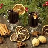 Do Natal vida ainda com dois vidros do vinho ferventado com especiarias Fotografia de Stock