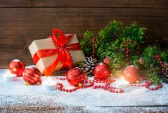 Do Natal vida ainda com os brinquedos do ramo e do feriado de árvore da caixa de presente e do abeto no fundo de madeira fotos de stock