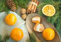 Do Natal vida ainda com os mandarino e canela na tabela de madeira Fotos de Stock Royalty Free