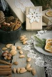 Do Natal vida ainda com presente, amêndoa, canela, flocos de neve na tabela de madeira Fotos de Stock Royalty Free