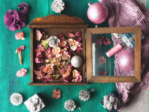 Do Natal vida ainda no fundo de madeira verde Fotografia de Stock Royalty Free