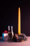 Do Natal vida ainda no fundo preto, vela amarela, Fotos de Stock
