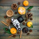 Do Natal vida, câmera e mandarino ainda Configuração lisa Vista superior Foto de Stock Royalty Free