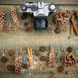 Do Natal vida, câmera e mandarino ainda Configuração lisa Vista superior Foto de Stock