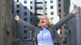Do negócio da senhora da exibição gesto alegre sim que levanta as mãos acima, realização do objetivo filme