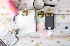 Do negócio vida ainda Calculadora, bloco de notas, contas em um fundo de madeira Conceito do negócio Foto de Stock