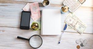 Do negócio vida ainda Calculadora, bloco de notas, contas em um fundo de madeira Conceito do negócio Imagem de Stock Royalty Free