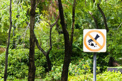 Do not throw rubbish sign in the park Royalty Free Stock Photography
