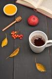 Do outono copo da vida ainda do chá, do mel e do livro na tabela Foto de Stock Royalty Free