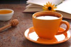 Do outono copo da vida ainda do chá, do mel e do livro na tabela Imagem de Stock Royalty Free
