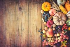 Do outono da ação de graças vida ainda na tabela de madeira Imagens de Stock Royalty Free