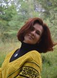 Do outono da felicidade por de sorriso dos jovens da mulher da cara do lenço do cabelo da forma uma do cabelo da natureza conside Fotos de Stock Royalty Free