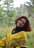 Do outono da felicidade por de sorriso dos jovens da mulher da cara do lenço do cabelo da forma uma do cabelo da natureza conside Imagens de Stock Royalty Free