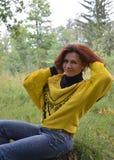 Do outono da felicidade por de sorriso dos jovens da mulher da cara do lenço do cabelo da forma uma do cabelo da natureza conside Foto de Stock