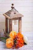 Do outono foto da vida ainda com as flores em cores e no candl amarelos Imagem de Stock Royalty Free