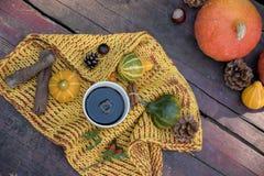 Do outono vida ainda com abóboras, café e folhas no CCB de madeira Fotos de Stock Royalty Free