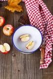 Do outono vida ainda com as maçãs sobre o fundo de madeira rústico Imagem de Stock