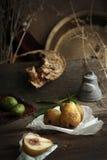 Do outono vida ainda com as peras caseiros maduras do jardim rural Fotografia de Stock Royalty Free