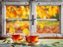 Do outono vida ainda com os copos de chá em pranchas de madeira Fotografia de Stock Royalty Free