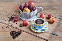 Do outono vida ainda com os vários presentes da natureza Feijões da xícara de café e do cofee Latte-arte Fotografia de Stock Royalty Free