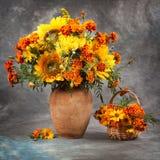 Do outono vida ainda Flores na tabela Imagens de Stock