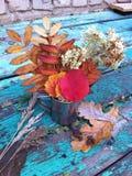 Do outono vida ainda: ramalhete das flores e das folhas de outono em uma caneca de aço Imagem de Stock