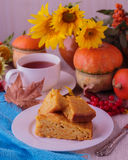 Do outono vida ainda Tarte de abóbora caseiro e chá para a ação de graças Imagens de Stock