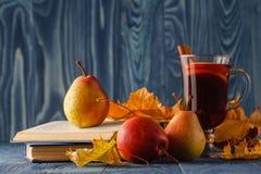 Do outono vida ainda: vinho ferventado com especiarias com canela, pera, leav do outono Foto de Stock Royalty Free