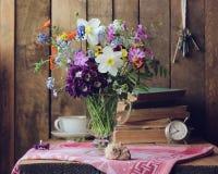 Do país vida ainda com ramalhete e coisas velhas Imagens de Stock