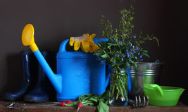 Do país vida ainda Um grupo de ferramentas de jardim na tabela Fotos de Stock Royalty Free