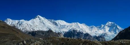 Do panorama alto da montanha da neve de Himalaya cenário bonito fotos de stock royalty free