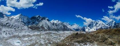 Do panorama longo alto da montanha da neve de Himalaya cenário bonito foto de stock