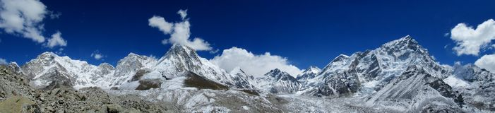 Do panorama longo alto da montanha da neve de Himalaya cenário bonito fotos de stock