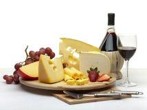 Do queijo vida ainda em um círculo de madeira Imagens de Stock Royalty Free