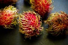Do Rambutan do fruto vida ainda na mesa de cozinha preta Fotografia de Stock Royalty Free