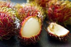 Do Rambutan do fruto vida ainda na mesa de cozinha preta Foto de Stock Royalty Free