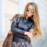 Do retrato bonito da mulher da forma óculos de sol vestindo fotos de stock royalty free