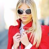 Do retrato bonito da mulher da forma do close up óculos de sol vestindo foto de stock