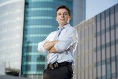 Do retrato incorporado do homem de negócios prédios de escritórios urbanos atrativos fora Fotografia de Stock Royalty Free